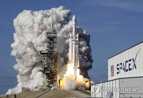스페이스X 팰컨 헤비 로켓 발사 장면