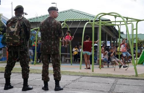 리우 시내 놀이터에서 순찰활동을 하는 군인들 [국영 뉴스통신 아젠시아 브라질]
