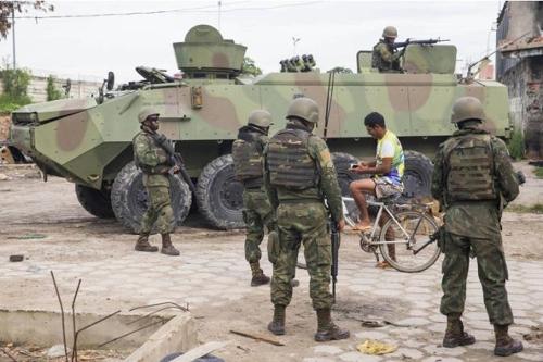 리우 빈민가 인근에 배치된 군인들 [브라질 뉴스포털 UOL]