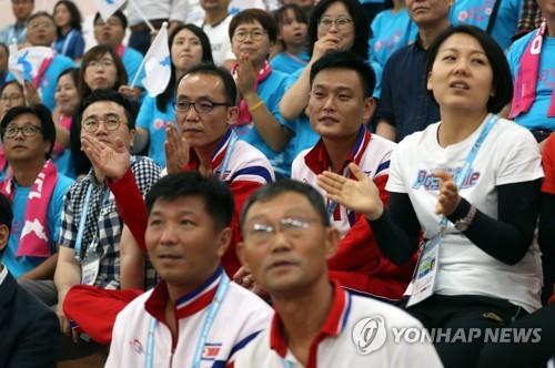 아리랑응원단과 북한 선수단