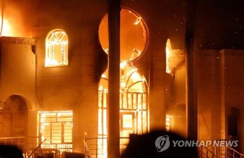 7일 밤 불에 타는 이라크 바스라 주재 이란 총영사관[AFP=연합뉴스자료사진]
