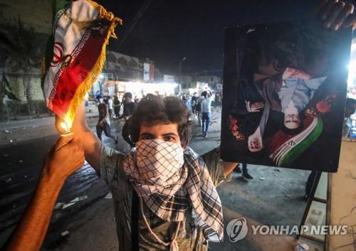 이란 국기에 불 지르는 이라크 시위대[AFP=연합뉴스 자료사진]