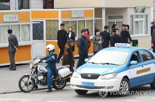 평양 교통경찰과 택시 [연합뉴스 자료사진]
