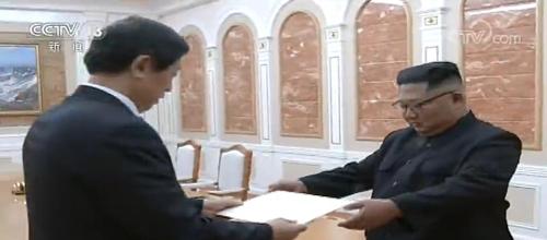 김정은 위원장에게 시진핑 친서 전달하는 리잔수 중국 전인대 상무위원장