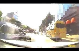 차선위반 차량에 일부러 부딪히는 외제차량(왼쪽)
