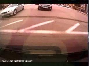 신호위반 차량과 부딪히기 위해 속도를 높이는 외제차량(왼쪽)