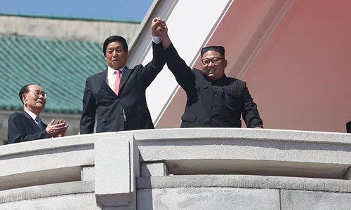북한 9·9절 열병식에서 손맞잡은 김정은과 리잔수