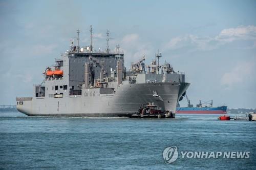 대피하는 미 해군 함정