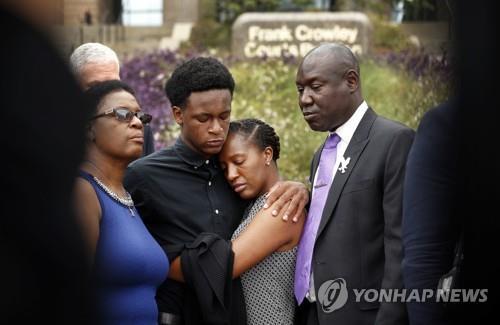 미 경관의 오인사살로 숨진 피해자 가족
