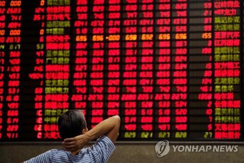 증권사 객장 전광판 바라보는 중국 투자자 [로이터=연합뉴스 자료사진]