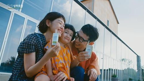 상하목장 10주년 캠페인 광고에 출연한 봉태규 배우 가족