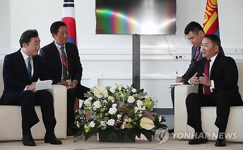 바툴가 몽골 대통령 발언 듣는 이낙연 총리