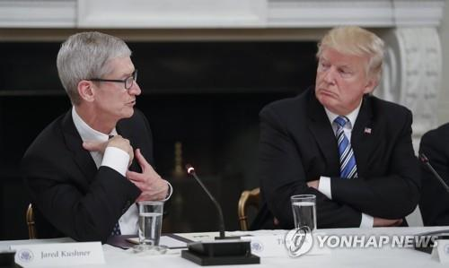 도널드 트럼프(오른쪽) 대통령과 팀 쿡 애플 CEO