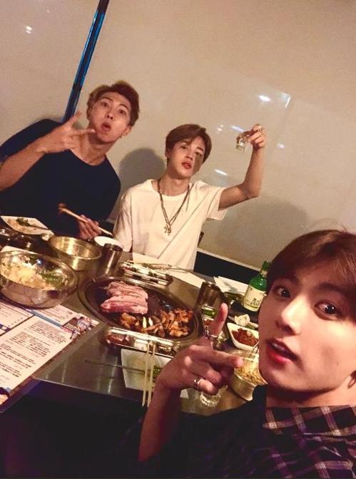 한식 먹는 방탄소년단 RM·지민·정국(왼쪽부터)
