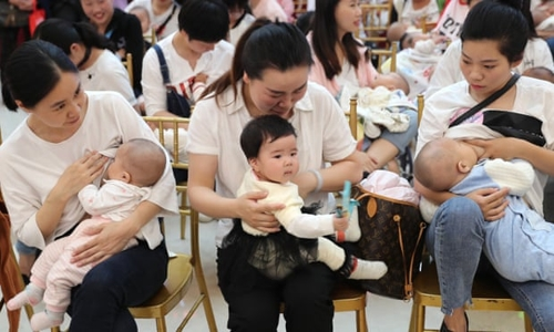 유아를 안고 있는 중국 여성들