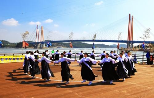 강강술래 공연 장면.