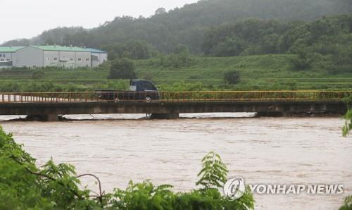 폭우에 불어난 하천[연합뉴스 자료사진]