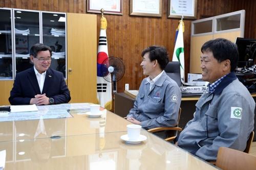 노박래 서천군수와 면담 중인 풍농 장항공장 직원들