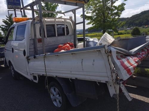 사고로 부서진 작업차량