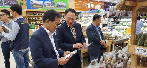 식품 안전 점검하는 박태선 농협 전남지역본부장.
