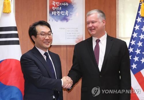 이도훈 한반도본부장(왼)과 비건 특별대표가 11일 외교부 청사에서 회동하고 있다.