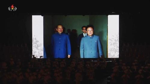 북한 공연에 등장한 시진핑 부친과 김정일 모습