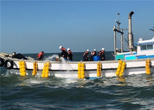 인천 덕적도 인근 해상서 어선 침수…3명 구조[인천 해양경찰서 제공]