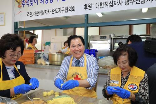송편 나눔 봉사하는 신우철 완도군수.