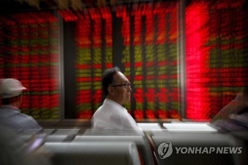 증권사 객장의 중국 주식 투자자들 [AP=연합뉴스]