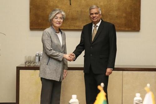 악수하는 강경화 장관과 스리랑카 총리