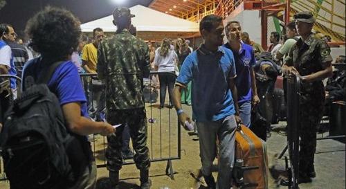 브라질 국경을 넘는 베네수엘라 난민들 [국영 뉴스통신 아젠시아 브라질]