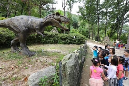 이천 '공룡 수목원'을 찾은 유아들이 티라노사우루스를 만났다.