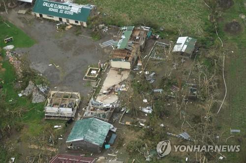 슈퍼태풍에 부서진 마을[AFP=연합뉴스]