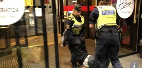 중국인 관광객이 스웨덴 경찰에 의해 호스텔에서 쫓겨나는 모습