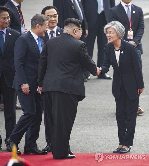 강경화 외교부 장관과 인사하는 김정은 위원장