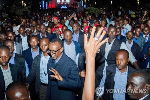 지난해 르완다 대선에서 승리한 카가메 대통령(가운데)[AFP=연합뉴스 자료사진]