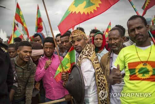 오로모해방전선 대원들의 귀국을 환영하는 에티오피아인들[AP=연합뉴스]