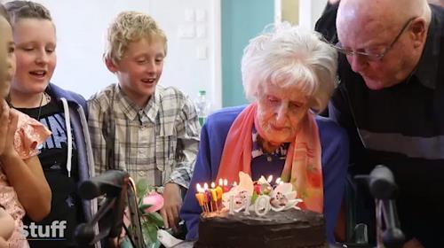 뉴질랜드의 110세 할머니 남자들 덕분에 젊게 살아