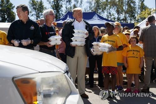 허리케인 플로렌스 피해 주민에게 급식봉사하는 도널드 트럼프 미국 대통령