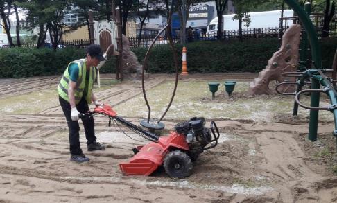 [카메라뉴스] 오산 시내 모래 놀이터 살균소독