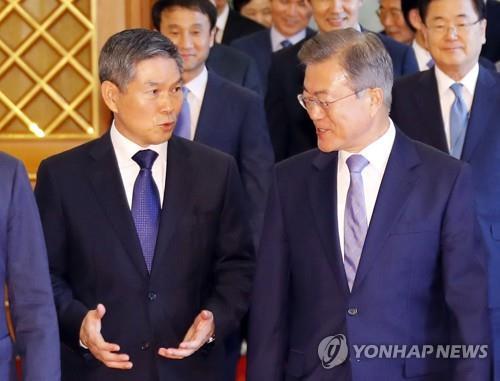 """문대통령, 정경두 장관에 """"국방개혁 완수·남북합의 이행 역할"""""""