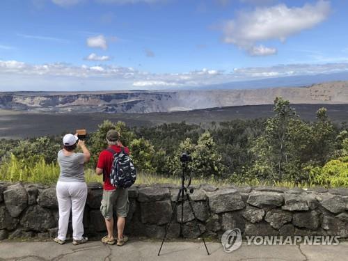 하와이 화산국립공원 135일만에 문열어…경이로운 분화구 장관