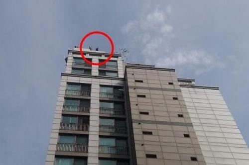 주상복합 옥상서 난동 중년남성 5m 아래 추락