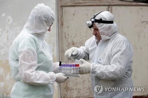 아프리카돼지열병 검사중인 전문가들 [로이터=연합뉴스 자료사진]