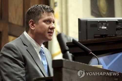 '흑인소년에 16발 총격사살' 논란…시카고 前경관, 법정서 변론