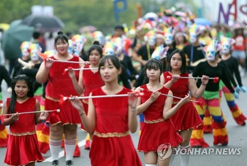 창원 중앙대로 수놓은 13개국 문화…2018 맘프 다문화 퍼레이드