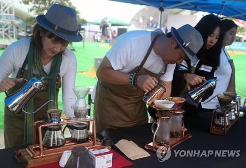 강릉 커피축제 빗속 개막…태풍 북상 6일 행사는 취소