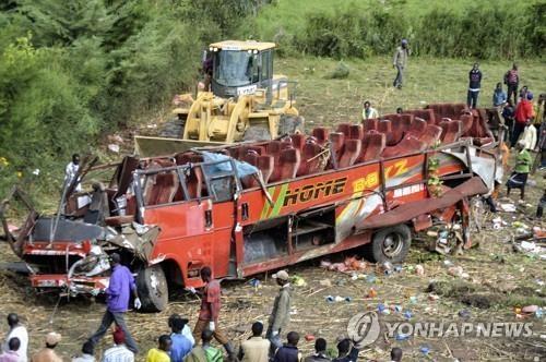 케냐서 버스 언덕 아래로 추락 승객 50명 사망