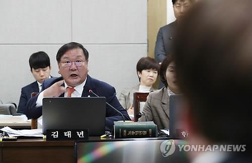 설전 벌이는 김태년-강효상