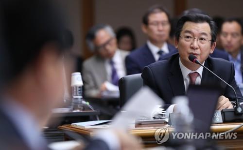 답변하는 김헌정 헌재사무처장